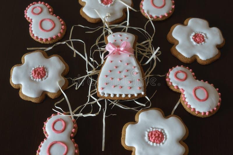 Süße Lebkuchenplätzchen mit weißer Zuckerglasur lizenzfreie stockfotos