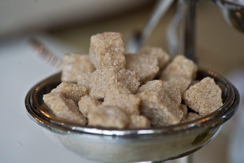 Süße Nahaufnahme des kristallenen Klumpens des Brown-Rohrzuckers Zucker stockbild