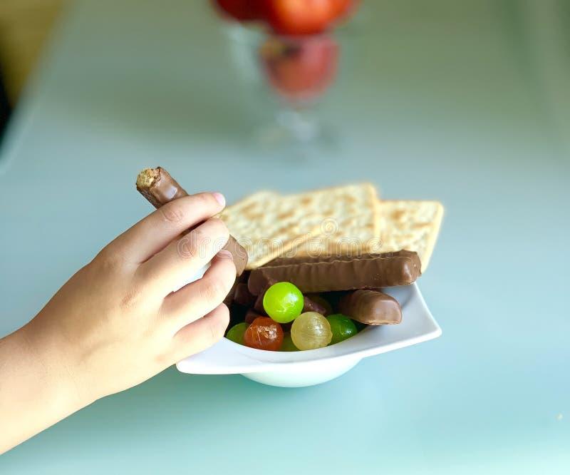 Süße Nahrung auf dem Tisch, Süßigkeit in der Hand stockbilder