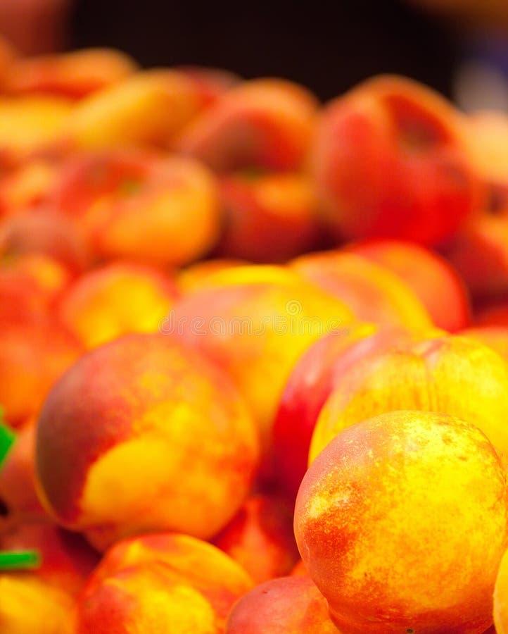 Süße Nektarinen auf dem Marktzähler lizenzfreie stockfotos