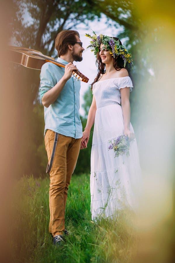 Süße Paare, die lieb an einander lächeln lizenzfreie stockfotos