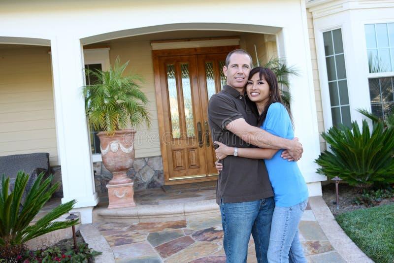 Süße Paare zu Hause stockfotos