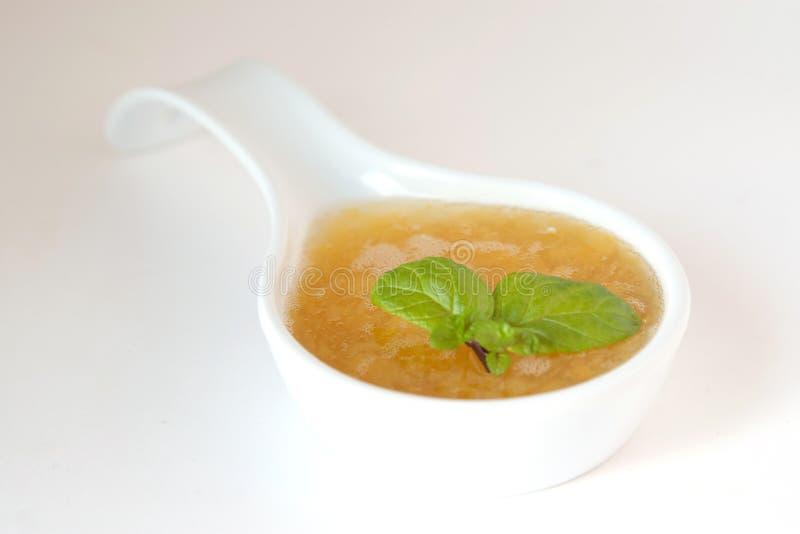 Süße Pfirsichsoße verziert mit Minze lizenzfreies stockfoto