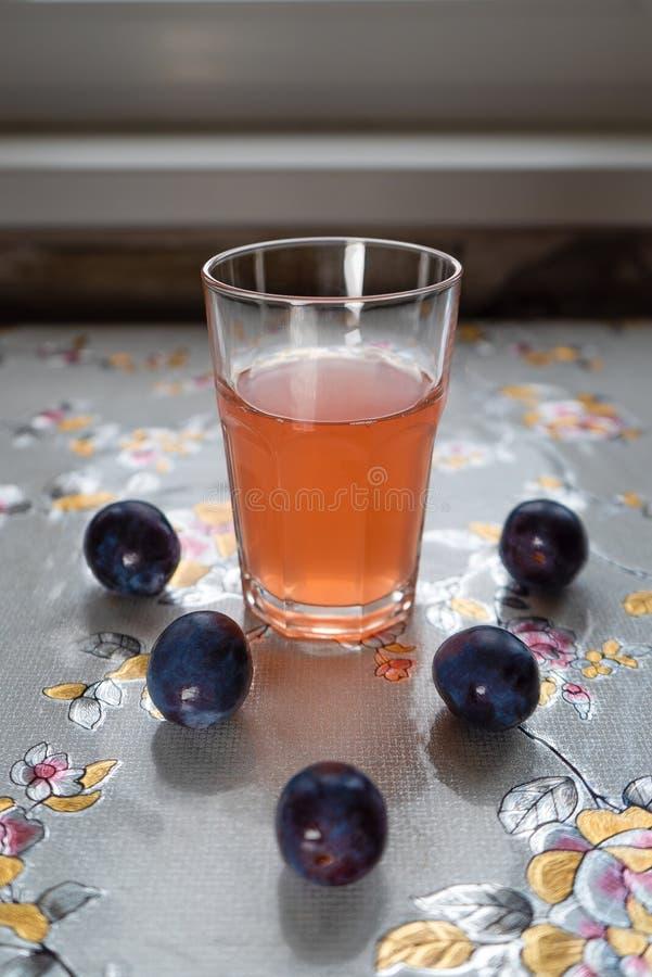 5 süße Pflaumen und köstliches Kompott füllten mit Vitaminen und bereiten für Gebrauch vor stockfotografie