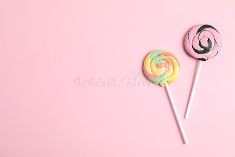 Süße Süßigkeiten mit Raum für Text auf Farbhintergrund stockbilder
