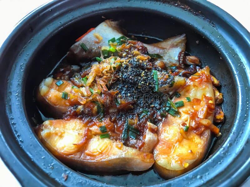 Süße saure gebratene Flussfische des asiatischen Lebensmittels geschmückt mit Gemüsefrühlingszwiebel, Pfeffer und gebratenem Knob lizenzfreies stockbild