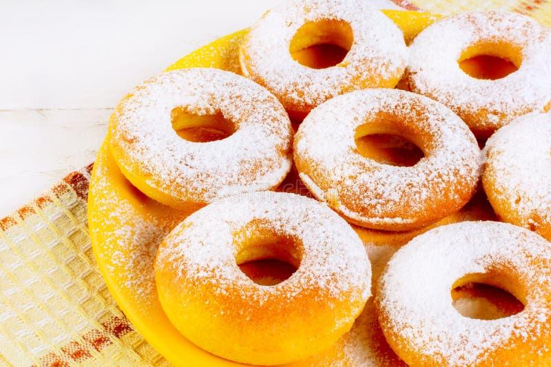 Süße Schaumgummiringe gedient auf gelber Platte stockfotos