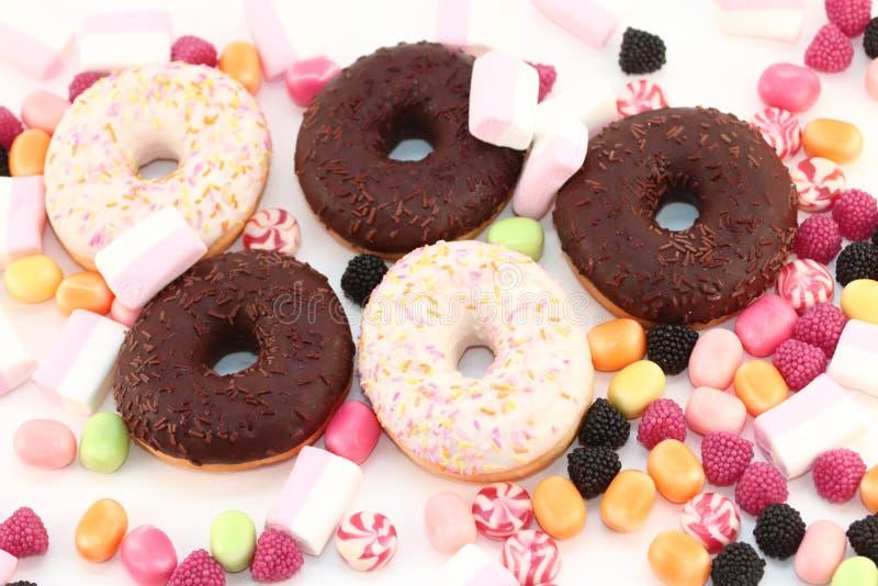 Süße Schaumgummiringe, viele hellen Süßigkeiten und Eibische lizenzfreie stockfotografie