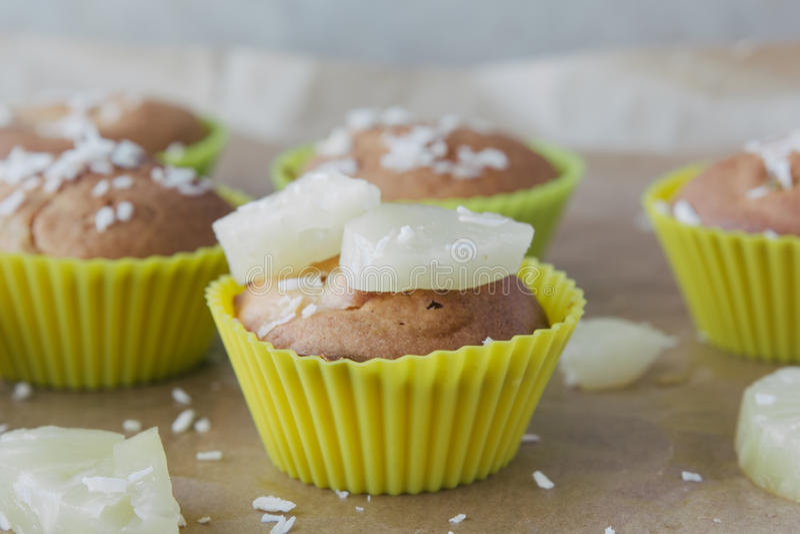 Süße selbst gemachte kleine Kuchen mit Ananas- und Kokosnussflocken lizenzfreies stockfoto