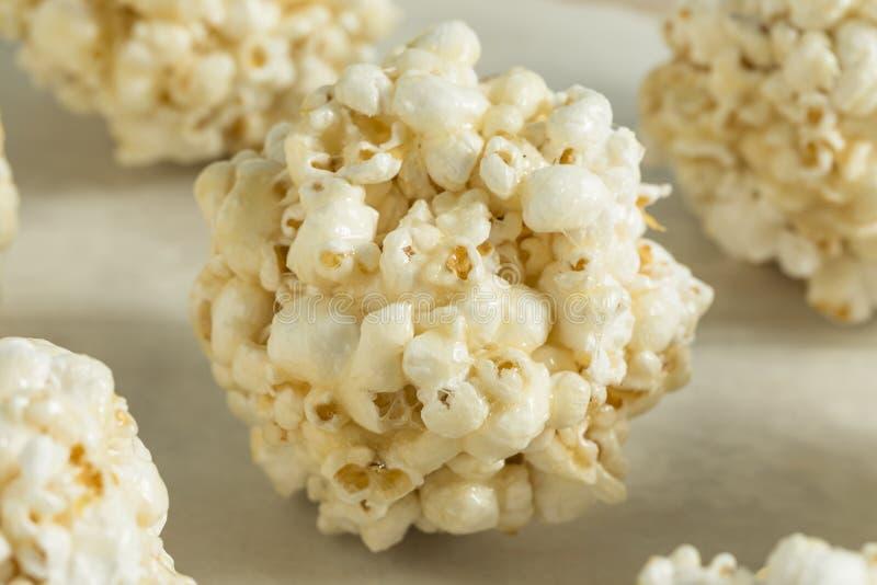 Süße selbst gemachte Popcorn-Bälle lizenzfreies stockbild