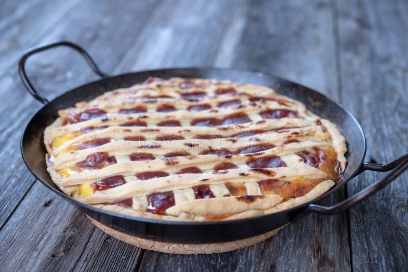 Süße Torte im Eisenstein stockfotografie