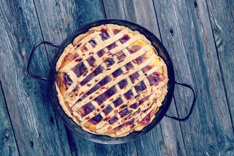 Süße Torte im Eisenstein lizenzfreie stockfotografie