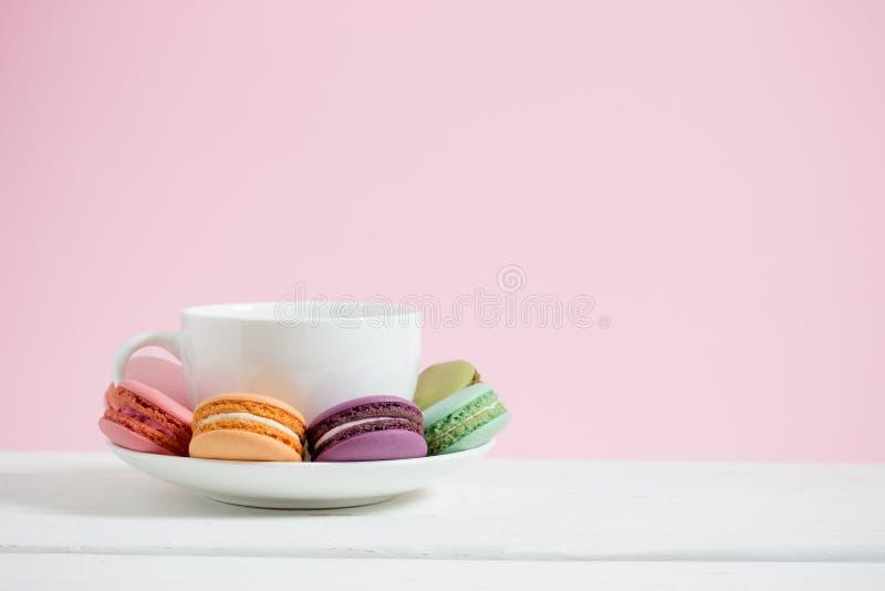 Süße und bunte französische Makronen lizenzfreies stockbild