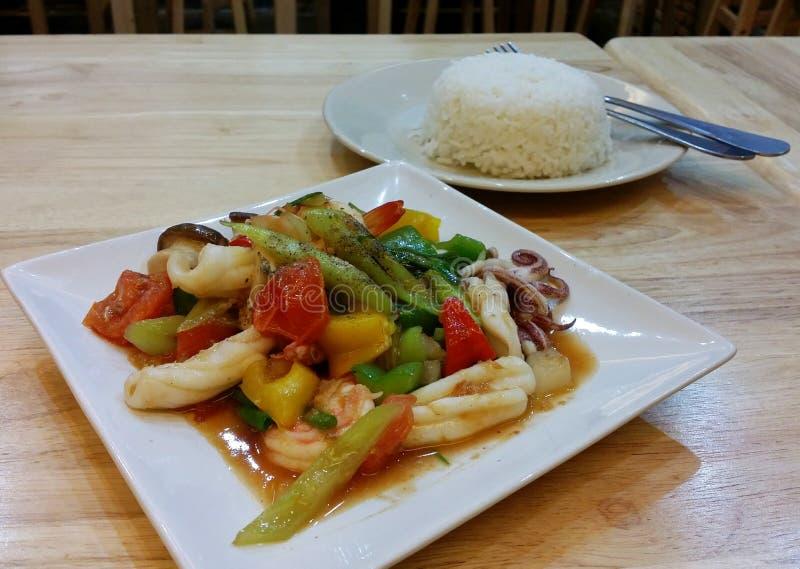 Süße und saure Meeresfrüchte der thailändischen Art lizenzfreies stockfoto