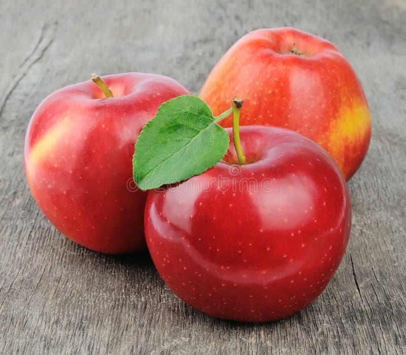 Süßer Apfel mit Blättern lizenzfreie stockbilder
