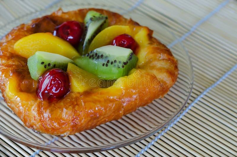 Süßer Blätterteig mit Früchten lizenzfreie stockfotografie