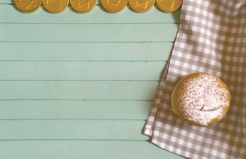 Süßer Chanukka-Donut auf blauem hölzernem Behälter, Draufsicht lizenzfreies stockfoto
