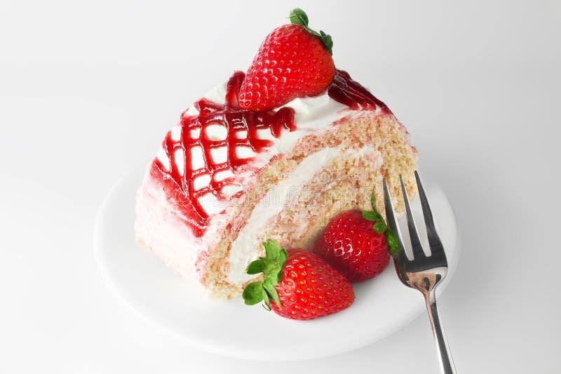 Süßer Erdbeerkuchen auf weißer Platte mit Gabel stockfotos