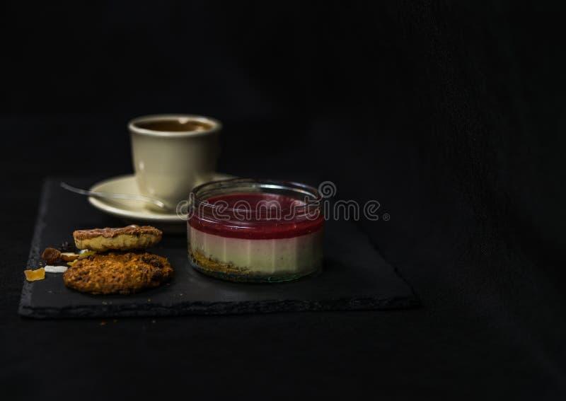 Süßer Erdbeernachtisch und Plätzchen der braune Butter zwei, auf backgro lizenzfreie stockfotos