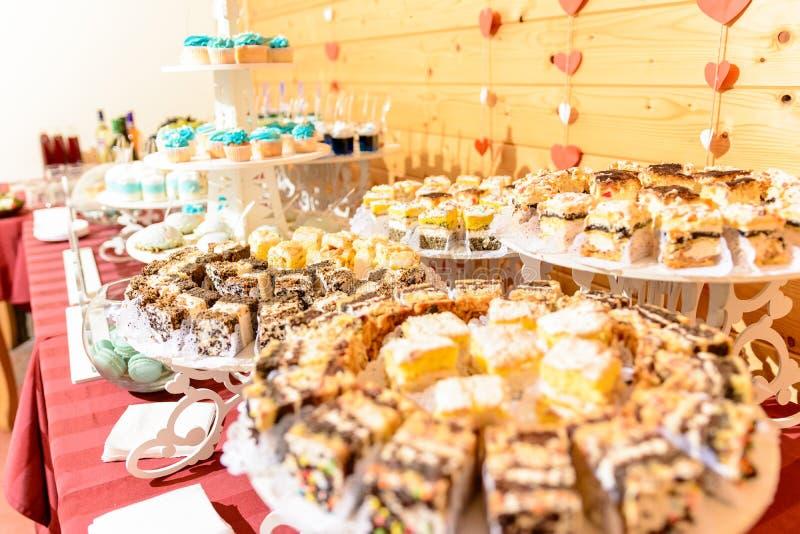 Süßer feinschmeckerischer Buffettisch an der Hochzeit in den blauen Tönen lizenzfreies stockfoto