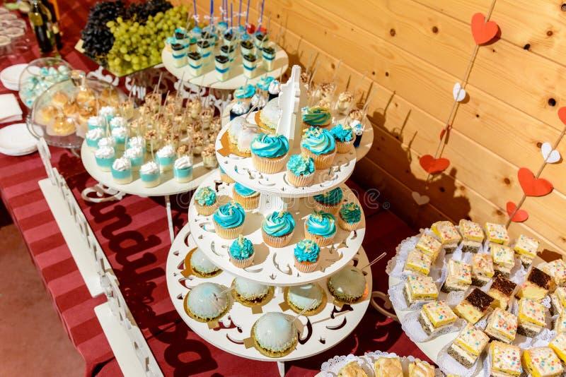 Süßer feinschmeckerischer Buffettisch an der Hochzeit in den blauen Tönen lizenzfreies stockbild