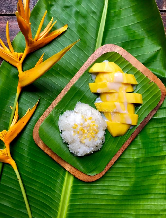 Süßer klebriger Reis des Nachtischs mit Mango auf Bananenstaude stockfoto
