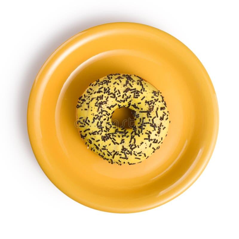Süßer Krapfen auf gelber Platte stockfotografie