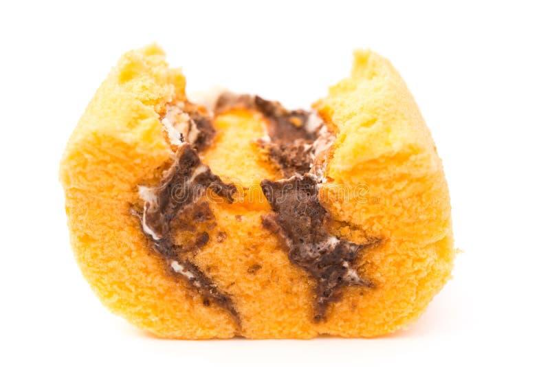 Süßer Kuchen mit bited auf Weiß lizenzfreies stockbild
