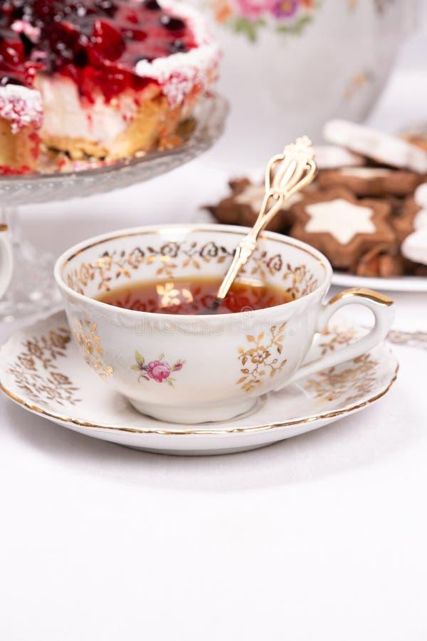 Süßer Kuchen mit Kirschgelee, geschmackvoll und frisch Antikes Tee-Set stockbilder