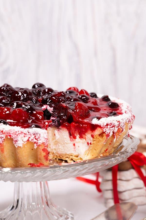 Süßer Kuchen mit Kirschgelee, geschmackvoll und frisch auf einem weißen schäbigen hölzernen Hintergrund stockfotos