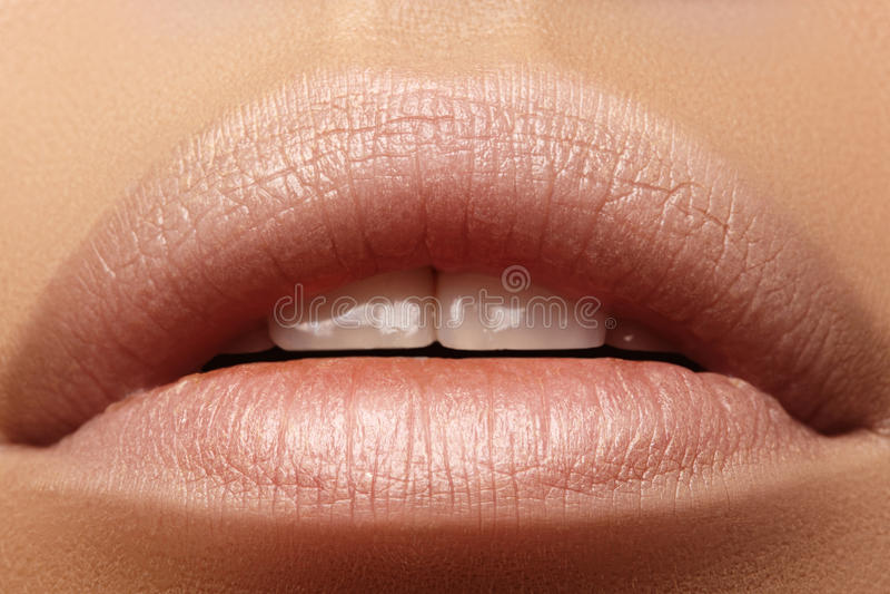 Süßer Kuss Perfektes natürliches Lippenmake-up Schließen Sie herauf Makrofoto mit schönem weiblichem Mund Pralle volle Lippen stockfoto