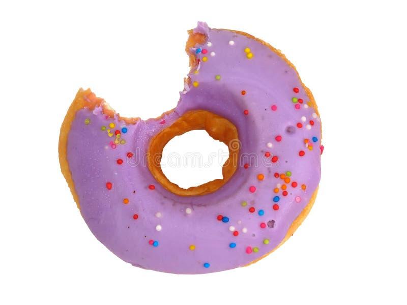 Süßer purpurroter gebissener Donut glasiert mit Blaubeerencreme stockfotos