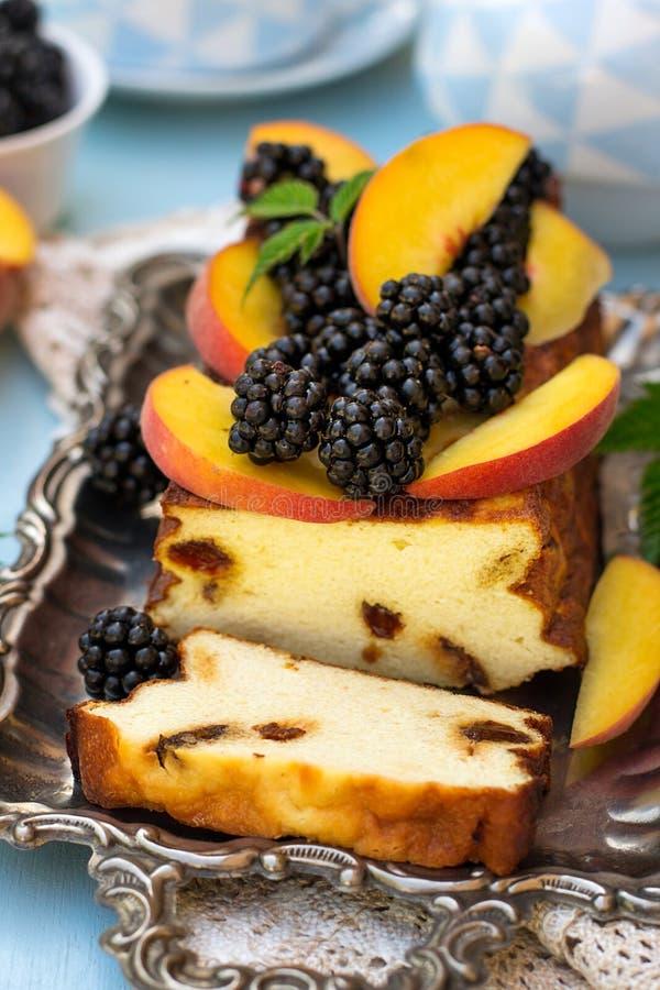 Süßer Ricottakäsekuchen mit frischen Beeren und Pfirsichen lizenzfreies stockfoto