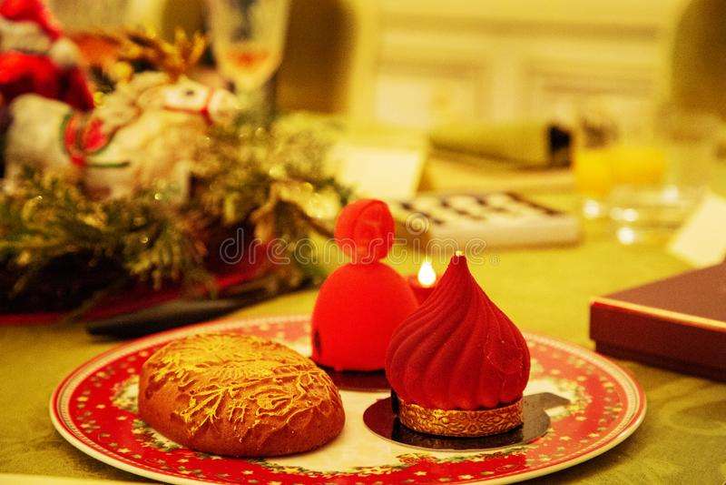Süßer schöner Nachtischkleiner kuchen legen auf Porzellanplatte stockbild