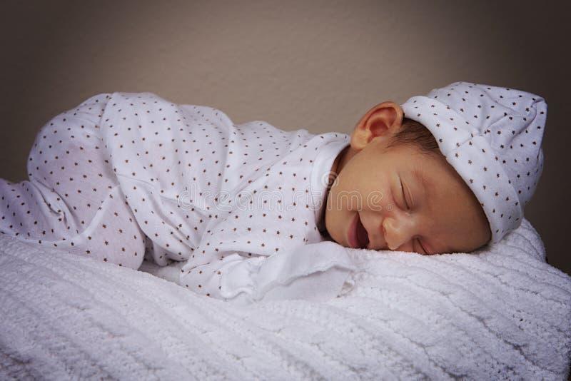Süßer schlafender Junge lizenzfreies stockfoto