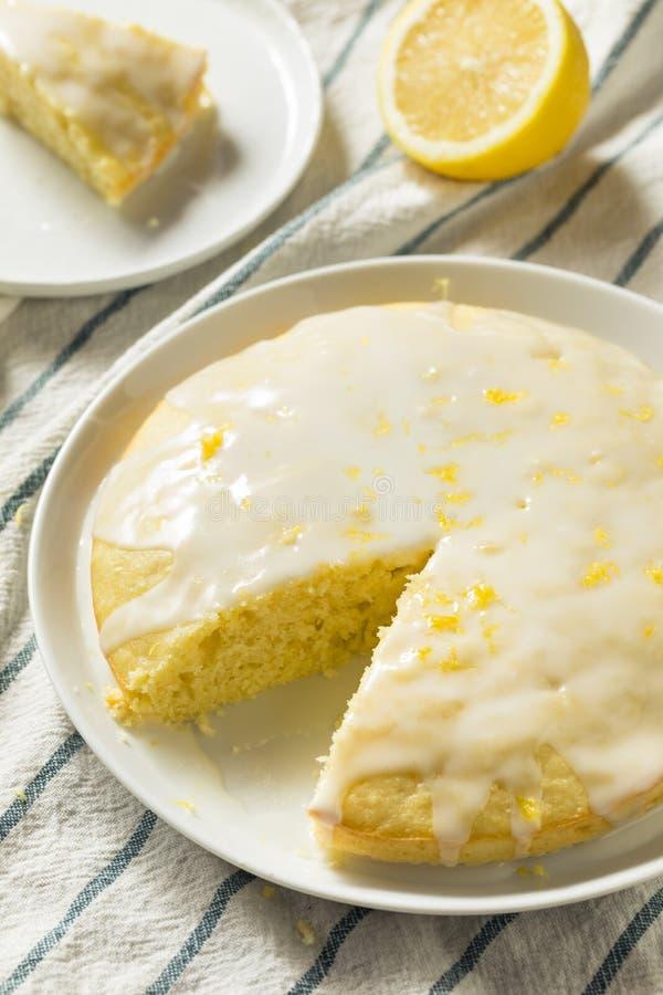 Süßer selbst gemachter gelber Zitrone Lemoncello-Kuchen stockfotos