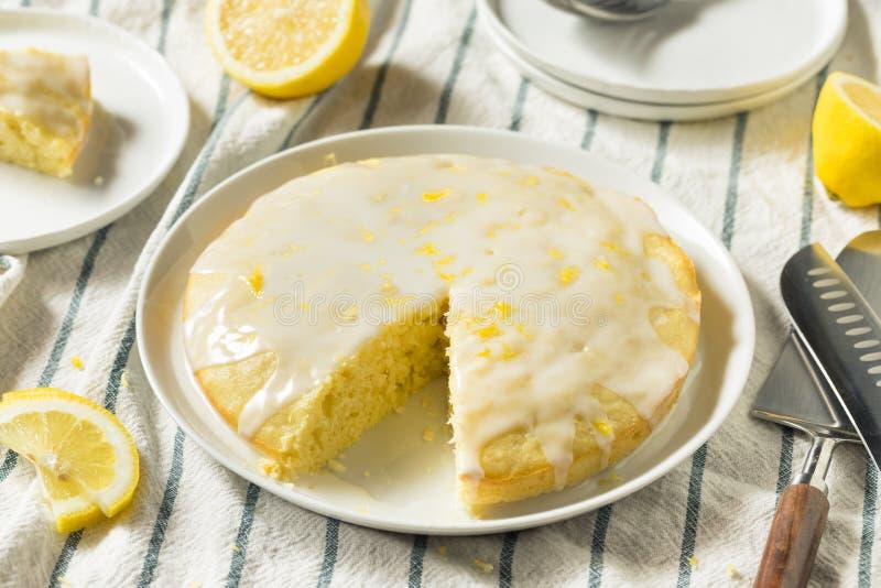 Süßer selbst gemachter gelber Zitrone Lemoncello-Kuchen lizenzfreie stockfotos