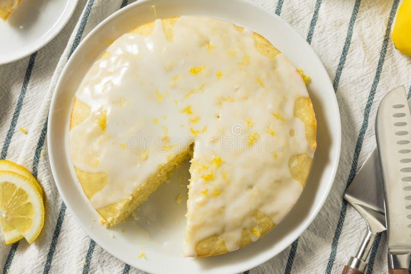 Süßer selbst gemachter gelber Zitrone Lemoncello-Kuchen lizenzfreie stockbilder