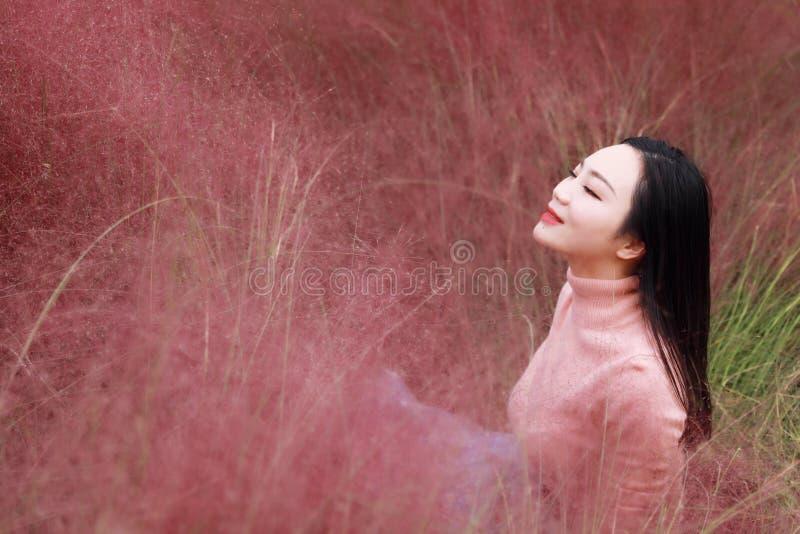 Süßer Traum der glücklichen geschlossenen Augen asiatischen Chinesinmädchengefühlfreiheit beten Blumenfeld-Herbstfallparkgrasrase lizenzfreie stockfotos