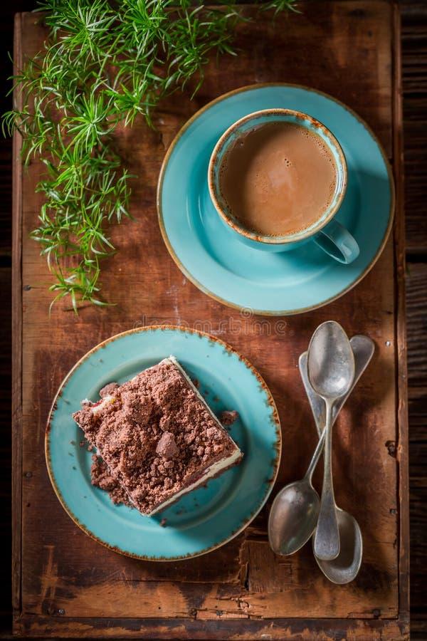 Süßer und geschmackvoller Käsekuchen gedient mit Kaffee stockbilder