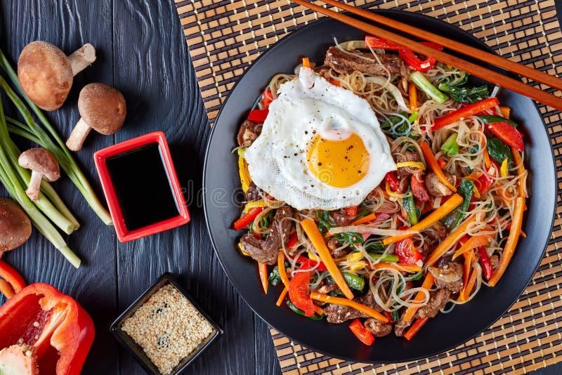 Süßer und wohlschmeckender Koreaner Japchae, flache Lage lizenzfreie stockfotografie