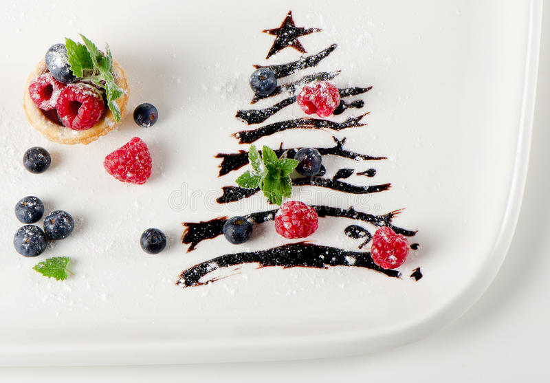 Süßer Weihnachtsbaum mit Beeren und Minze stockbild