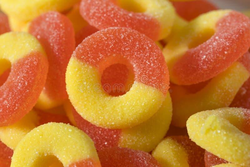 Süßer zuckerhaltiger Pfirsich-gummiartige Süßigkeits-Ringe stockbild