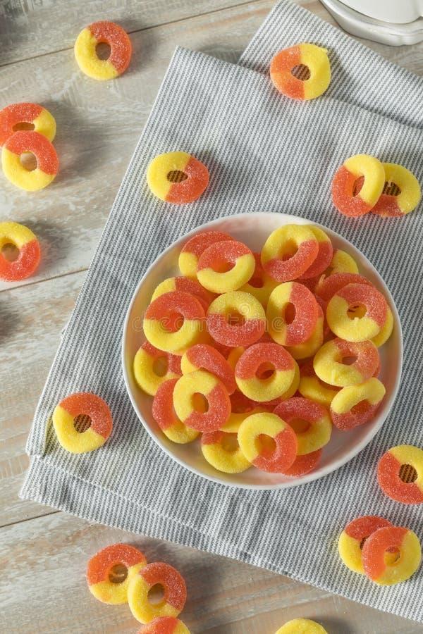 Süßer zuckerhaltiger Pfirsich-gummiartige Süßigkeits-Ringe stockfotografie