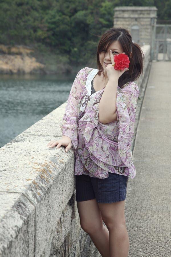 Süßes asiatisches Mädchen, das Zuschauer betrachtet lizenzfreies stockbild