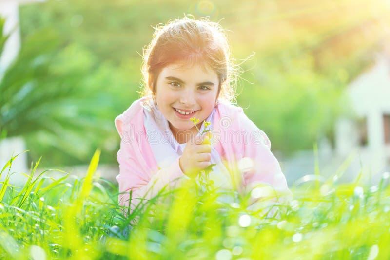 Süßes Baby auf dem Feld lizenzfreie stockbilder