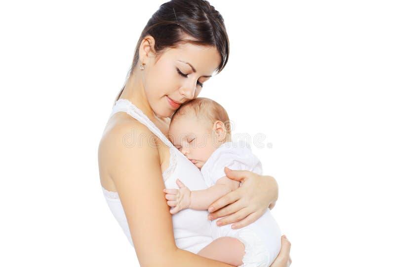 Süßes Baby, das auf Handmutter schläft stockfotografie