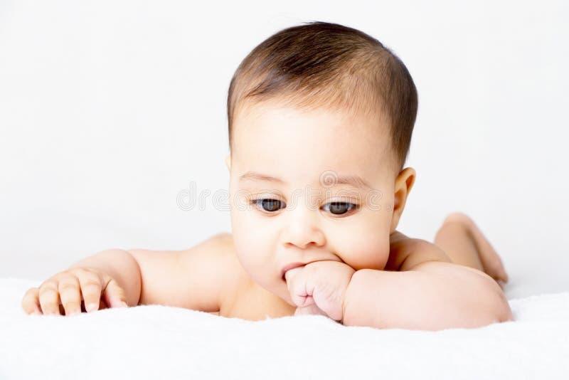 Süßes Baby, das seinen Finger saugt stockfotos