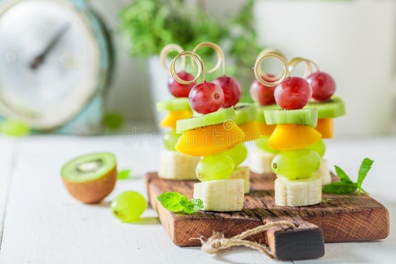 Süßes Fingerfood mit verschiedenen Früchten und Minze für Partei lizenzfreie stockfotografie