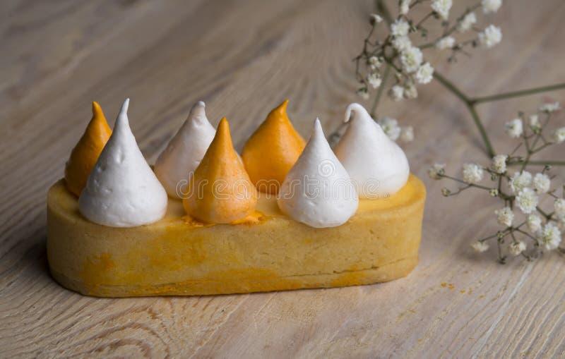 Süßes Gebäcktörtchen mit Zitronencreme und -eibisch lizenzfreie stockfotografie